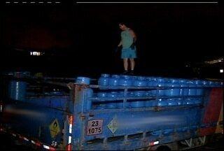 Mais de 800 botijões de gás são apreendidos em Arraial do Cabo, RJ - Empresa responsável por distribuição não tinha documentação necessária.Três pessoas foram encaminhadas para a delegacia da cidade.