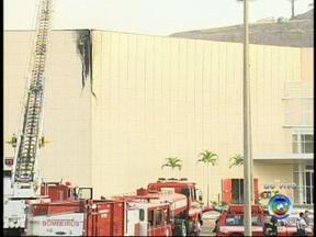 Incêndio atinge parte de shopping center em Jundiaí - Um incêndio atingiu na madrugada desta quarta-feira (21) parte do Maxi Shopping, que fica na Vila Rio Branco, em Jundiaí (SP).