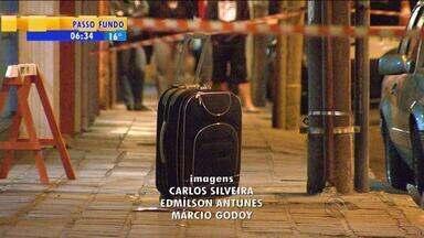 Suspeitas de bombas bloqueiam trânsito em Porto Alegre - Uma das malas deixadas na calçada estava vazia, a outra tinha apenas papéis.