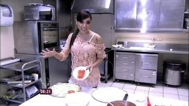 Anitta fala com Ana Maria direto da cozinha do Mais Você - Cantora começa o preparo da pizza que é receita de família