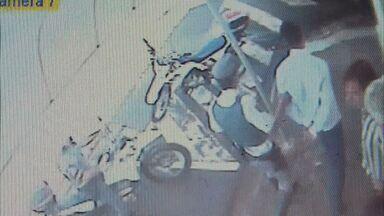 Câmera de segurança flagra prisão de suspeito em Franca, SP - Homem é suspeito de praticar furto e receptação.