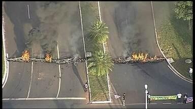Funcionários de universidades federais fazem protesto na pistas de acesso à UnB - Técnicos administrativos bloquearam o trecho por quase duas horas. Pneus foram queimados e a PM observava a movimentação sem intervir. Os servidores estão em greve desde 17 de março.