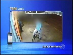 Loja de conveniência é assaltada em José Bonifácio; veja imagens - Uma loja de conveniência na Avenida Joaquim Moreira da Silva, de José Bonifácio (SP) foi alvo de bandidos na noite desta terça-feira (20). As câmeras de segurança do local registraram toda a ação. O assalto aconteceu por volta das 20h.