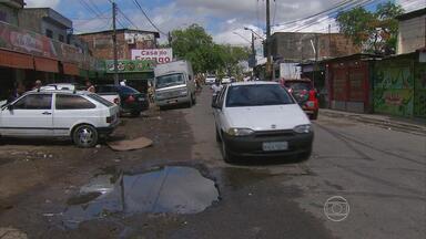 Moradores da Caenga reclamam de buracos e lixo nas ruas - Segundo a Prefeitura, obra foi feita, mas chuva complicou a situação.