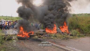 Protesto complica trânsito na PE-60, em Barreiros - Trabalhadores que foram demitidos de uma usina querem o pagamento das indenizações.