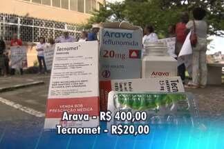 Pacientes crônicos estão sem receber remédios na rede pública - Grupo se reuniu em frente a hospital de Salvador para protestar.