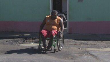 Moradores reclamam de buracos em vias na Zona Norte de Manaus - Problemas causam transtornos para moradores da área; um deles caiu e se feriu em um buraco na rua.