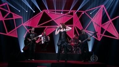 Vanessa Bumagny se apresenta no palco do programa - A cantora interpreta um de seus sucessos