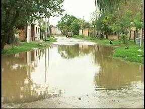 Chuva causa transtornos aos moradores de Uruguaiana, RS - Ruas ficaram alagadas.