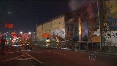 Incêndio atinge depósito da polícia em Santo Cristo - Passava da meia noite quando os primeiros focos de incêndio surgiram no galpão. Madeira e plástico fizeram o fogo se espalhar com rapidez.