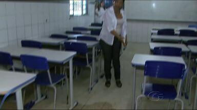 Pais de estudantes e funcionários de escola pública de Maceió cobram melhorias - Prédio da escola apresenta problemas que ameaçam a permanência dos alunos e professores em sala de aula.