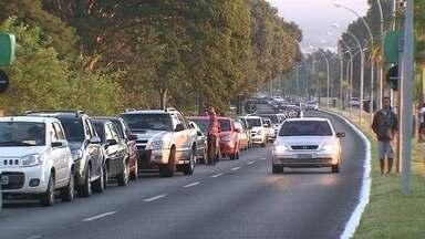 Moradores protestam no 'Dia Sem Imposto' - Sem o imposto, um carro zero pode ser vendido 12 mil reais mais barato. O litro da gasolina fica em R$1,98 e o carrinho de compras ficaria lotado de produtos no supermercado.