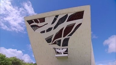 Marianne Peretti se surpreende ao rever a grandiosidade de suas obras em Brasília - Morando no país há mais de 50 anos, artista plástica francesa se surpreende com a grandeza de suas obras. Criadora de várias obras que compõe a arquitetura da cidade, está participando da gravação de um documentário na cidade.