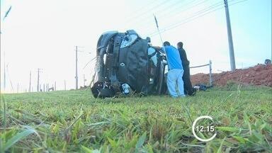 Carro capota na Dutra, em Taubaté, e motorista fica preso nas ferragens - Acidente aconteceu na manhã desta quinta-feira (22), na altura do km 117. Homem teve ferimentos leves e foi levado ao Hospital Regional na cidade.