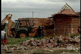 Casas da invasão do bairro Vila Eulália, em Petrolina, são derrubadas - A Prefeitura cumpriu o mandado de reintegração de posse da área ocupada.