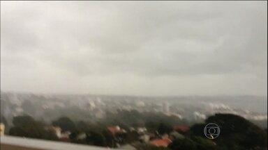 Frente fria chega ao Sudeste do país - Em São Paulo, já começa a chover nesta quinta-feira (22). A frente fria provocou ventania no Sul, com rajadas de vento que chegaram a 55 quilômetros por hora.