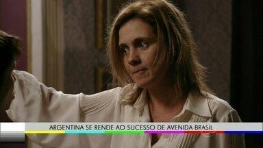 Veja Carminha e Nina em versão dublada em espanhol - Zeca Camargo passeia por Buenos Aires e comprova que a Argentina se rendeu ao sucesso de Avenida Brasil