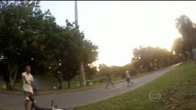 Roubo de bicicleta é registrado pelo próprio dono no Aterro - Um ciclista gravou o roubo da própria bicicleta enquanto passeava no Aterro do Flamengo. A vítima teve a bicicleta roubada por um grupo de cinco pessoas.
