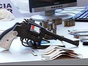 Polícia Militar apreende munições em Uberlândia no assentamento Glória - Foram apreendidos também um carro e uma moto.