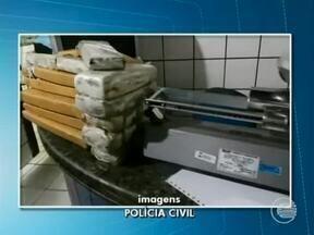 Polícia do Piauí apreende 97kg de droga de origem paraguaia no Maranhão - Sete pessoas foram presas na quarta-feira (21) em um sítio localizado na cidade de Timon, no Maranhão e com elas a polícia encontrou 92kg de maconha e 5kg de crack com selo do Paraguai.