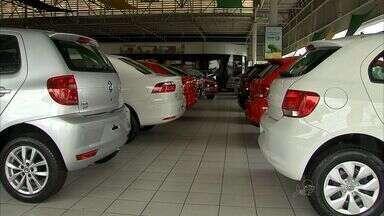Após dois anos de crescimento, o setor automotivo enfrenta queda nas vendas em 2014 - As concessionárias querem impostos mais baixos para atrair os consumidores.