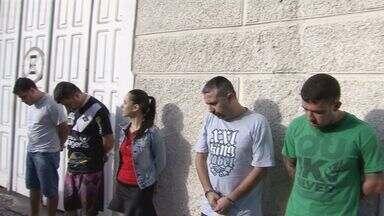 Operação apreende acusados de fazerem parte de quadrilha em Santos, SP - Oito pessoas foram presas nesta quinta-feira (22), acusadas de fazer parte de uma quadrilha de tráfico de drogas que age na Baixada Santista, na capital e em São Bernardo do Campo.