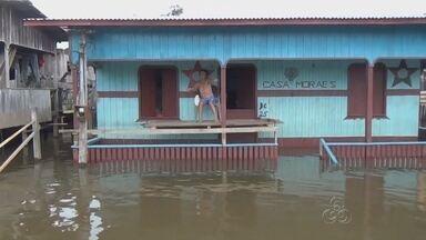 Cheia causa inundação da cidade de Anamã, no AM - Fenômeno ocorre pelo terceiro ano consecutivo; canoas são usadas para se trafegar pelas ruas.