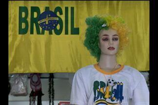 Copa do mundo movimenta comércio em Cruz Alta, RS - Lojas vendem artigos para os jogos do Brasil.
