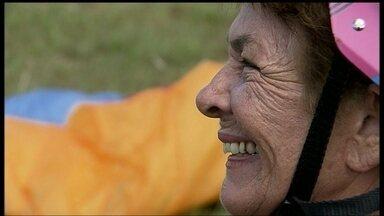 Aventureira de 80 anos viaja de parapente e dá exemplo de disposição - Ela tem quatro filhos, 11 netos, um bisneto e uma história de muita aventura. Mas ela quis ir além e realizou o sonho de voar de parapente.