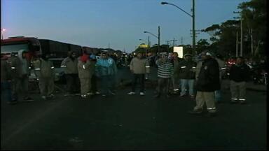Metalúrgicos protestam e bloqueiam novamente a BR-392 em Rio Grande, RS - Trabalhadores pedem reajuste salaria de 9,5%.