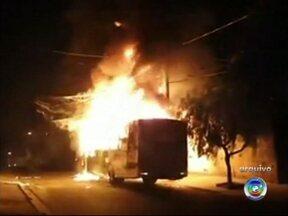 Polícia apreende menor acusado de incendiar ônibus em Sorocaba - A Polícia Civil de Sorocaba apreendeu um menor suspeito de ter participado de quatro ataques a ônibus na cidade em abril.