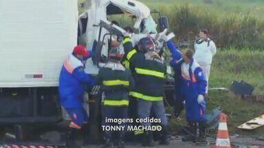 Homem fica preso às ferragens após colisão entre caminhões em Capivari - Dois homens ficaram feridos após uma colisão entre dois caminhões na Rodovia Jornalista Francisco Aguirre Proença (SP-101), que liga Capivari a Campinas, na manhã desta sexta-feira (30).