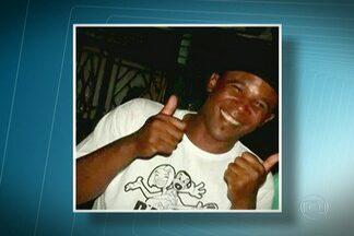 PMs são suspeitos por morte de jovem no Grajaú, Zona Sul - De acordo com o Boletim de Ocorrência, os policiais dispararam oito tiros para se defender porque o rapaz estava armado e reagiu à prisão. Mas a família diz que ele foi executado. Um vídeo gravado por celular deve ajudar na investigação.