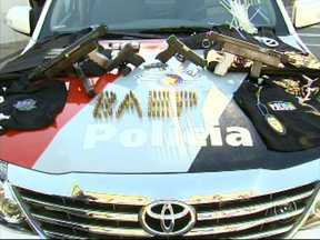 Polícia faz cerco a quadrilha e prende cinco pessoas em Itatiba - A polícia prendeu em flagrante uma quadrilha que ia roubar uma empresa em Itatiba, hoje cedo. No início do dia, eles se reuniram em um posto de combustíveis para roubar malotes de uma empresa quando os policiais fizeram o cerco.