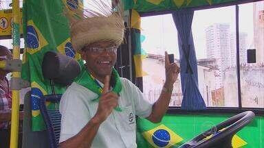 Motorista e cobrador decoram ônibus para a Copa do Mundo e as festas juninas - Quem entra no veículo adere ao clima animado na mesma hora.