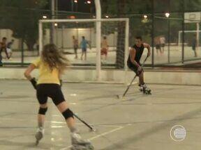Atletas dos patins inovam e praticam hóquei no Parque Poticabana - Atletas dos patins inovam e praticam hóquei no Parque Poticabana