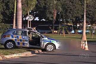 Homem é encontrado morto em faixa exclusiva para ônibus, em Goiânia - Polícia suspeita que ele tenha sido vítima de atropelamento. O homem não estava carregando documentos pessoais.