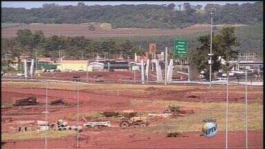 Trânsito no trevão da Avenida Castelo Branco é novamente alterado em Ribeirão Preto, SP - Mudanças são necessárias devido a obra no local.