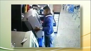 Imagens mostram como bandidos dão o golpe do caixa eletrônico em Brasília - O bandido vai ao caixa, finge que está usando o caixa eletrônico e coloca uma frente falsa de um caixa eletrônico sobre a verdadeira. Pelo menos 20 clientes caíram no golpe. Até agora ninguém foi preso.
