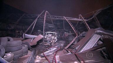 Incêndio destrói galpão com peças automotivas, em Contagem - Suspeita é que a ação tenha sido criminosa. Chamas chegaram a cerca de cinco metros de altura.