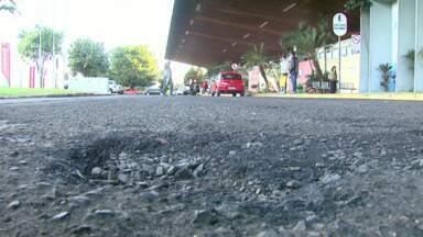 Rodoviária de Foz do Iguaçu tem vários problemas de estrutura - Usuários reclamam da estrutura do local. O asfalto está em péssimas condições, são poucos os bancos. Passageiros querem mais alternativas para passar o tempo enquanto esperam.