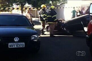 Carro capota em rua do Setor Sul, em Goiânia - Motorista teve labirintite enquanto dirigia. Condutora sofreu ferimentos leves e passa bem.