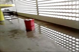 Alunos de escola em Itaquaquecetuba estão sem aula há uma semana - Segundo as mães, que estão revoltadas, os motivos são goteiras no telhado, poças de água nas salas e nos banheiros, além de um ventilador queimado.