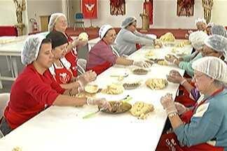 Voluntários preparam comidas das barracas da Festa do Divino - Eles ser revezam para preparar os quitutes tradicionais da festa, como o afogado e o tortinho.