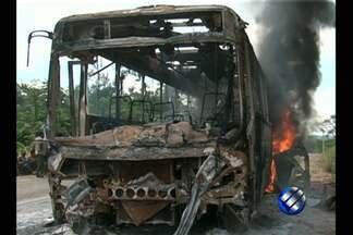 Índios protestam e queimam ônibus de Belo Monte, no sudoeste do PA - Índios protestam e queimam ônibus de Belo Monte, no sudoeste do PA.