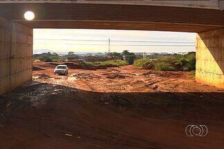 Moradores e motoristas reclamam de lentidão em obra de viaduto em Goiânia - Um desvio de mais de quatro quilômetros atrapalha a vida de quem trafega pelo local, dizem os moradores.