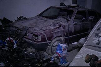 Polícia localiza desmanche em Itaquaquecetuba - Mais de 50 carros e milhares de peças de veículos roubados e furtados foram encontrados nesta quarta-feira (4) pela Polícia Militar. Oito pessoas foram detidas.