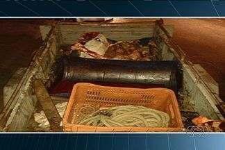 Polícia apreende cerca de 200 quilos de carne clandestina em Aruanã - O flagrante aconteceu na GO-530. A carne bovina era transportada dentro de um carro de passeio.