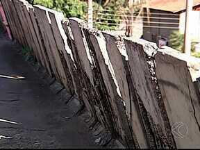 Más condições de viaduto continuam sem solução em Uberlândia - Dois meses após reclamação de moradores, situação é quase a mesma. Segundo secretário de Obras, obras paliativas serão feitas no local.
