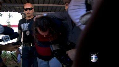 Polícia encontra novas pistas no caso do publicitário que matou zelador - A polícia encontrou dentro de uma mala do publicitário Eduardo Martins uma carteira de identidade e uma de motorista falsificadas.